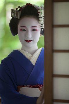 Oiran & Geisha | The maiko Fukunae looking good! (Source)