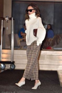 Victoria Beckham puts on stylish display in statement knit & trousers New York style: Accessorising with oversized shades and a burgundy clutch bag, her look was complete Fashion Mode, Work Fashion, Fashion 2017, Trendy Fashion, Fashion Outfits, Womens Fashion, Trendy Style, Fashion Trends, Victoria Beckham Outfits
