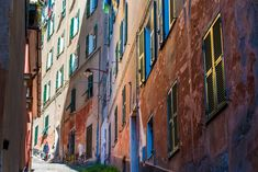 Genova utca Italia, Beautiful Places, Places To Visit, Beach Stones, Colorful Houses, Old Town, The Neighborhood