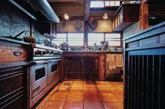 床にはメキシコのタイルを敷き、収納は骨董市で見つけた水屋箪笥を組み合わせて使っている。 Asian Kitchen, Japanese Kitchen, Japanese Modern, Japanese House, Diy Kitchen, Kitchen Ideas, Japanese Living Rooms, Cool Rooms, Home Kitchens