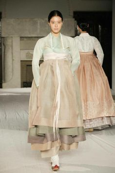 super clean and minimal hanbok- inspiration for modern korean wedding dress- mostly for the lines and feel of the dress- not necessarily the color. although gorgeous for the fall! Korean Traditional Dress, Traditional Fashion, Traditional Dresses, Korean Dress, Korean Outfits, Asian Fashion, High Fashion, Modern Hanbok, Historical Clothing