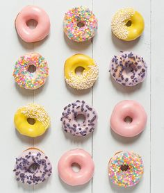 Glazed donuts - Carnets parisiens Sweet pink and yellow temptations. Delicious Donuts, Yummy Food, Yummy Yummy, Delish, Donut Recipes, Dessert Recipes, Cookies, Cute Food, Pastel Cupcakes