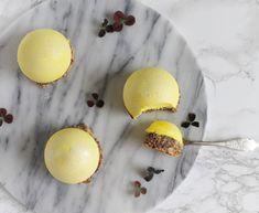 Passionsfrugtbomber med nøddebund – lækker kombination af det syrlige citron og den søde nøddebund. Jeg synes denne kage er perfekt som en dessert, fordi den er så fin og smager skønt. Derudover er den også frisk og let, så man... New Year's Desserts, Bite Size Desserts, Creative Desserts, Creative Cakes, Baking Recipes, Cake Recipes, Dessert Recipes, Chocolate Treats, Eat Dessert First