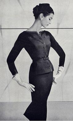 vintage-retro: Classy suit, (by Millie Motts) The lines are so elegant Moda Vintage, Vintage Vogue, Vintage Glamour, Vintage Beauty, Retro Vintage, Carmen Dell'orefice, 1950s Style, Foto Fashion, Fashion History
