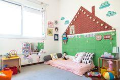 """A casinha que """"abraça"""" a cama de Cora foi planejada e executada por sua mãe, a atriz FLÁVIA RUBIM. E é aqui que a pequena cresce em um quarto montessoriano."""