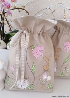 sacchetto coniglietto Applique Patterns, Applique Designs, Bunny Bags, Fabric Gift Bags, String Bag, Creation Couture, Kids Bags, Spring Crafts, Baby Sewing