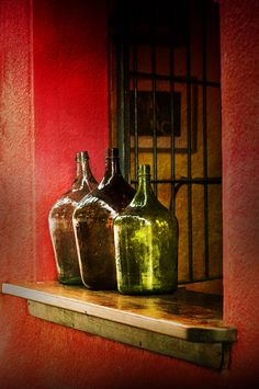 The World's Best Photos of damajuana Antique Bottles, Bottles And Jars, Antique Glass, Glass Bottles, Wine Glass, Cristal Art, Deco Boheme, Red Walls, Orange Walls