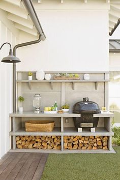 I like the compact and organised layout. Easy to work in area. Grill & outdoor kitchen: Newport Beach House Tour - Home Decor Like Small Outdoor Kitchens, Modern Outdoor Kitchen, Outdoor Rooms, Outdoor Gardens, Big Green Egg Outdoor Kitchen, Outdoor Patios, Outdoor Life, Outdoor Living Spaces, Big Green Egg Bbq