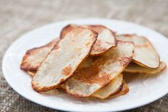 Oven-fried homemade potato chips recipe, made with thin slices of Russet potatoe. - Recipes - Oven-fried homemade potato chips recipe, made with thin slices of Russet potatoe. Oven Potato Chips, Oven Fried Potatoes, Fried Potato Chips, Baked Potato Oven, Baked Chips, Oven Baked, Potato Crisps, Potato Salad, Oven Recipes