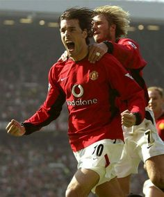 David Beckham celebrates with Ruud Van Nistelrooy for Manchester United. Manchester United Images, Manchester United Players, Man Utd Squad, Ruud Van Nistelrooy, Sir Alex Ferguson, Premier League Champions, Sport Inspiration, Professional Football, Man United