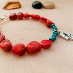 Accesorios combinadas en piedra coral y perlas Beaded Bracelets, Jewelry, Pearls, Jewels, Accessories, Jewlery, Bijoux, Pearl Bracelets, Jewerly