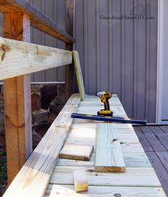 Out door bench plan built into a corner of a green treated deck wood working tips and tutorials how to diy do it yourself backyard outdoor project Woodworking For Dummies, Woodworking Bench Plans, Popular Woodworking, Woodworking Projects, Diy Wood Projects For Men, Outdoor Projects, Build Your Own Garage, Door Bench, Outdoor Stools