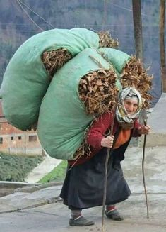 There is no known limit to the lifting power of tiny peasant grandmothers-TP - Women Art Monalisa, World Cultures, People Around The World, Powerful Women, Old Women, Beautiful People, The Incredibles, Photography, Painting
