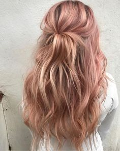 35 Charming Rose Gold Hair Colors - Page 2 of 35 - LoveIn Home - 35 Charming Rose Gold Hair Colors Rose gold hair,hair colors,hairstyle ideas. Gold Hair Colors, Hair Color Pink, Cool Hair Color, Cute Hair Colors, Purple Hair, Spring Hairstyles, Pretty Hairstyles, Hairstyle Ideas, Weave Hairstyles