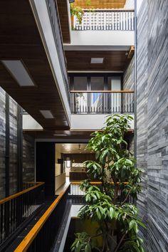 Ho Khue Architects Design a Garden House in Đà Nẵng, Vietnam - Interior Designs Green Design, Casa Patio, Long House, Narrow House, Modern Architects, Bungalow House Design, Courtyard House, Cool Apartments, Staircase Design