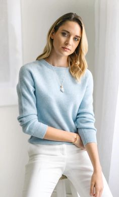 A modern and elevated classic, this refined sweater is thicker, warmer and classier than your typical cashmere pullover. Crafted with a unique pearl rib knit, this gorgeous crew neck is your compliment magnet this winter. Made with luxury cashmere. Cashmere Wrap, Cashmere Turtleneck, Ribbed Sweater, Cashmere Scarf, Cashmere Sweaters, Blue Sweater Outfit, Sweater Outfits, Outfits Casual, Work Outfits