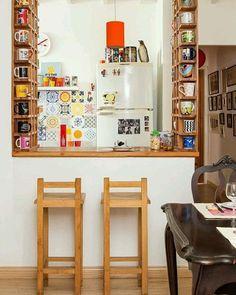 Simplesmente apaixonada por essa mini cozinha, cheia de bossa e histórias de família  A dona da casa escolheu a dedo cada azulejo da parede lá ao fundo próximo da geladeira. A marcenaria foi trabalhada para atender a toooda coleção de canecas e ficou um charme ❤ Quem amou? ~ via @avoqueria