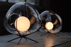 Catie Newell est une créatrice pluridisciplinaire, passant de l'art au design et l'architecture. Ces magnifiques lampes en verre soufflé sont éditées par WDSTCK. Catie Newell a collaboré avec Wes McGee et le souffleur de verre Brian Barber. La structure métallique sert de base et de guide pour former le verre qui est directement soufflé à l'intérieur. Ces magnifiques liminaires sont des pièces uniques d'une finesse absolue, sublimant la lumière.