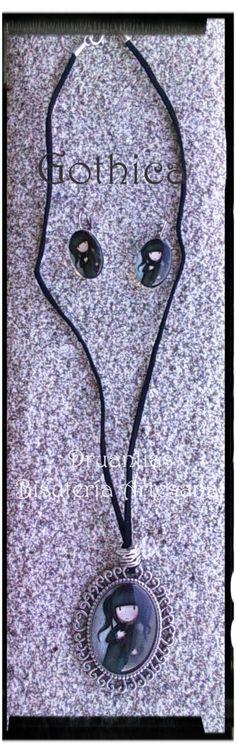 Conjunto Gothica, compuesto de:  Collar en cuero con camafeo oval  Y pendientes ovales todo con decoración en metal plateado. (las piezas se pueden vender por separado)