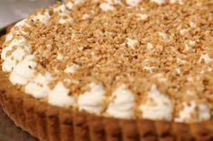 Jeroen bakt vandaag een typisch Belgische taart met een exotische naam. De bodem van de bresiliennetaart is een zacht gistdeeg waarop flan komt. Traditioneel wordt de taart afgewerkt met (veel) slagroom en bresiliennenootjes. Een taart om van te genieten tot de laatste kruimel. Thermomix Desserts, No Cook Desserts, Lemon Desserts, Delicious Desserts, Dessert Recipes, Yummy Food, Happiness Is Homemade, No Bake Nutella Cheesecake, Baking Bad