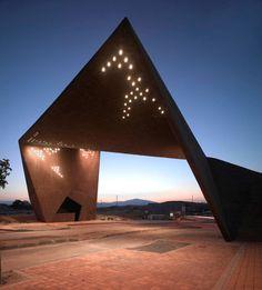 Ce projet de portail d'entrée a été attribué à la suite d'un appel d'offres à l'agence Clavel Arquitectos.