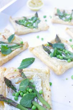Spring tarts with green asparagus and peas Cheese Table, Ricotta, Meal Planning, Veggies, Meals, Cooking, Desserts, Recipes, Food