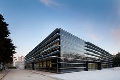 Laboratorio Central EPAL con techos acústicos Metal R-Clip de Armstrong. Arquitecto: Gonçalo Byrne, Arquitectos Lda. Fotografía: Joao Morgado