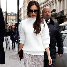 "Victoria Beckham pairing a white turtleneck sweater with a Celine knit skirt and boots--""It's city gear meets hit the slopes! White Skinnies, Spring 2015 Fashion, Cool Style, My Style, Fashion Articles, Knit Skirt, Celebrity Look, Skirt Fashion, Fashion Addict"