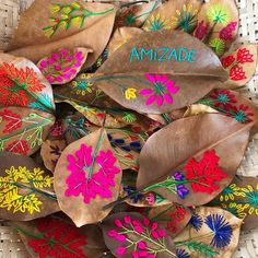 Rede Artesol: 1ª plataforma digital de artesanato do mundo | CASACOR Diy And Crafts, Arts And Crafts, Bordados E Cia, Embroidery Leaf, Dry Leaf, Painted Leaves, Leaf Art, Textile Art, Weaving