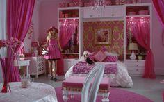 Não tem nada mais feminino que o quarto da Sharpay! A decoração toda é uma ótima inspiração para quem ama uma determinada cor mas tem medo de abusar dela na escolha dos móveis e enfeites. Sharpay investiu na combinação de branco, verde claro e muito rosa. O resultado ficou harmonioso e fofo, muito fofo!