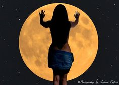 A woman and the moon. Eine Frau und der Vollmond. http://www.l-seifert.de/bilder/Vollmond-1.html