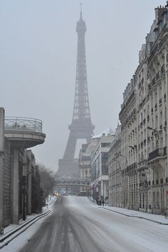 Paris in the Snow w/ View of Avenue and Eiffel Tower Tour Eiffel, Paris Torre Eiffel, Paris Eiffel Tower, Paris Winter, Paris Snow, Beautiful Paris, Paris Love, Paris France, Places To Travel