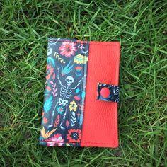 Portefeuille Compère en rouge et motifs muertos cousu par Meylia - Patron Sacôtin