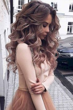 Wedding Hairstyles For Long Hair So-Pretty Long Down Hairstyles for Prom Night - Check out our collection of prom hairstyles for long hair. We have picked only the trendiest and most elegant hairstyles for you to look chic. Medium Hair Styles, Short Hair Styles, Hair Styles For Prom, Hair Down Styles, Hair Styles Elegant, Colored Hair Styles, Curly Hair Styles Wedding, Wedding Hair Curls, Curl Hair Styles