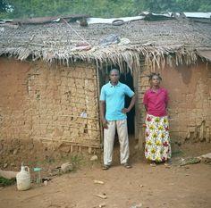 Mokatu è il capo villaggio di Batanga. In questa foto è con Pierrette, una dei 15 rifugiati della Repubblica Centrafricana che sta ospitando. Mokatu è lui stesso un ex rifugiato e quando ha li ha visti in un affollato centro di transito non ha potuto fare a meno di offrire loro ospitalità. www.unhcr.it  ©UNHCR/B.Sokol