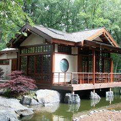 34 Fabulous Japanese Traditional House Design Ideas - Although many different types of housing can be seen in Japan, generally the living area is smaller than in other countries. Some houses are designed . Japanese Modern House, Traditional Japanese House, Japanese Interior Design, Japanese Home Decor, Asian Home Decor, Traditional Exterior, Japanese Homes, Asian Design, Exterior Tradicional