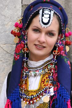 Bulgarian traditional costumes -> a deplacer dans le voile oriental embellissant !