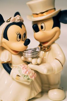 Browning Browning Wages I think I could handle a Disney wedding. Bolo Mickey, Mickey And Minnie Love, Mickey Minnie Mouse, Unique Wedding Cakes, Beautiful Wedding Cakes, Happily Ever After Disney, Our Wedding, Dream Wedding, Minnie Cake