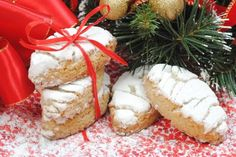 Siena in Tuscany is world famous for great Christmas sweets: learn about cavallucci, panforte, ricciarelli and copate - Kiss From Italy is a boutique tour operator specialized in organizing the most wonderful vacations in Italy Christmas In Italy, Christmas Sweets, Christmas Cookies, Christmas Diy, Xmas, Merry Christmas, Italian Biscuits, Italian Cookies, Siena