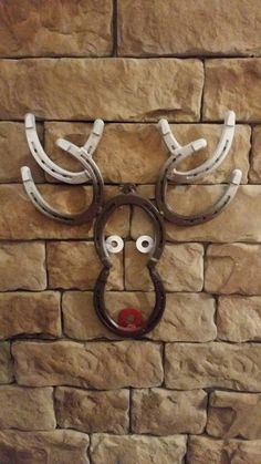 Reindeer head made from real horseshoes. Can be painted like pictured, any solid color or left the original metal color and clear coated. Welding Art Projects, Welding Crafts, Metal Art Projects, Blacksmith Projects, Metal Crafts, Diy Welding, Welding Tools, Diy Tools, Horseshoe Projects