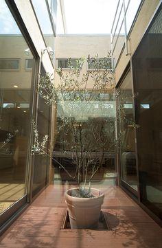 ミドルクラス(2,000万~3,000万円)  敷地が角地の為、外部からの視線を考慮し道路面には極力窓を設置せず、建物の中心に坪庭を配置するロの字型で、坪庭に向かって開放するプランとしました。坪庭は玄関から建物へアプローチする目線の先にあり、訪れる人を誘導する役割や、外部の自然光を各部屋に配るなどの役割を果たしています。  設計監理:フリーダムアーキテクツデザイン 施工場所:兵庫県川西市