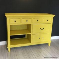 Komoda w kolorze Chalk Paint® English Yellow, oczywiście Annie Sloan. Zabezpieczona bezbarwnym woskiem Annie Sloan Soft Wax Clear.