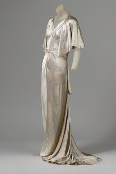 This evening ensemble dates back to 1931 and is from House of Patou. The dress is intended for evening wear, but once the cape is removed it can also be worn between 6 and 8. I love the simplicity of the dress. everything about it is elegant: it's delicate drape, it's natural silhouette and it's hand painted silk satin.
