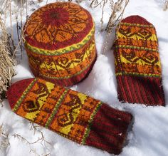 Kunstwerk Designs--Sonja Launspach--inca cat hat and mitten set Mittens Pattern, Knit Mittens, Knitting Socks, Hand Knitting, Knitted Hats, Cat Hat, Pattern Library, Wave Pattern, Weaving Patterns