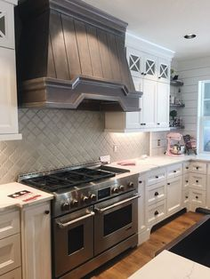ideas farmhouse chic kitchen stove for 2019 Modern Farmhouse Kitchens, Modern Farmhouse Style, Farmhouse Decor, White Kitchens, Dream Kitchens, Country Kitchens, Farmhouse Ideas, Beautiful Kitchens, Beautiful Homes