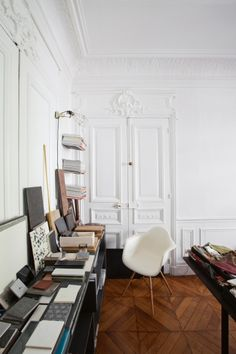 The setting is a classic one: a 90-square-metre Haussmanian apartment in the heart of Paris. We are in the Haut Marais, one of the most vibrant neighbourhoods in the city. The 19th-century architecture is original and majestic, with features including casement windows, ornate cornicing, lofty ceilings and a parquet floor.