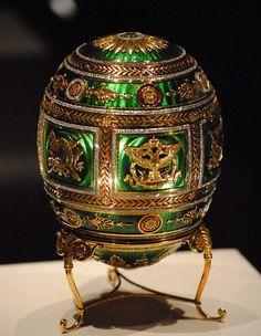 """Volgens de Fabergé familietraditie de vorm van de eieren zou nemen waren geheim, de enige eis was dat elk ei een verrassing moet bevatten.  De eieren die Faberge gemaakt voor de royalty waren extra grote en riep """"Keizerlijke Eieren"""". Van de 65 bekende grote Fabergé eieren 57 hebben overleefd op de huidige dag."""