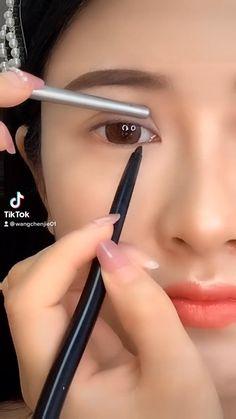 Eyeliner Looks, No Eyeliner Makeup, Eyeliner Tutorial, Aesthetic Pastel Wallpaper, Make Me Up, Fashion, Eye Brows, Moda, Eye Liner