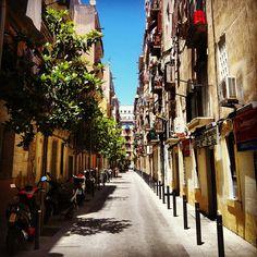 «#tropjolie #roadtrip #europeantrip #barcelona #spain #espana #mediterraneanlife #voyagevoyage #street #streeview #colors #amazingtrip #view #bluesky…»