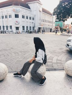 Casual Hijab Outfit, Ootd Hijab, Hijab Chic, Girl Hijab, Street Hijab Fashion, Hijab Fashionista, Yogyakarta, Girl Photography Poses, Muslim Women
